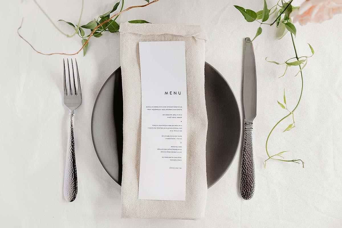 tavolo ristorante posate e menu
