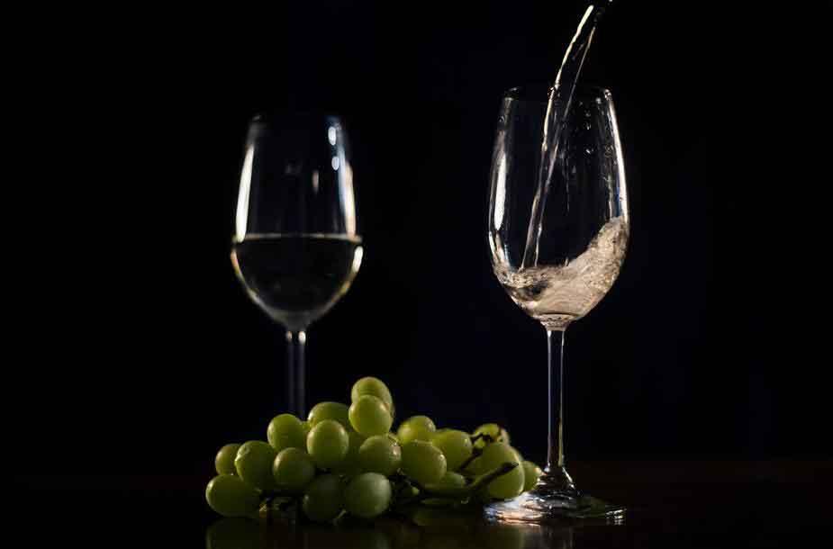 vino bianco e vino rosso con uva